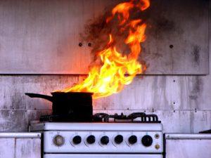 В Запорожской области пенсионерка забыла о кастрюле на плите и едва не сожгла собственную квартиру - ФОТО
