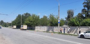 В Запорожье на маршрутку с пассажирами свалился кронштейн контактной сети троллейбуса – ФОТО