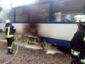 В Запорожье на остановке горел трамвай - ФОТО