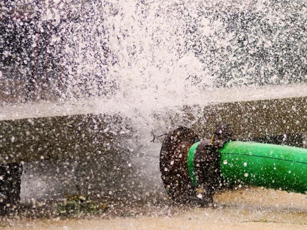 Вода била вверх на 30 метров: в Запорожье прорвало водопровод - ВИДЕО