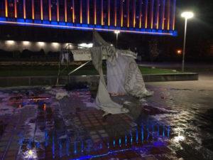 В Запорожье ночью на площади перед ОГА подожгли палатку протестующего - ФОТО