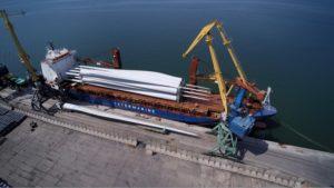 В Бердянский торговый порт доставили лопасти ветротурбин для Приморской ВЭС размером с размах крыла Boeing – ФОТО