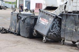 В Запорожье вандалы сожгли 38 мусорных баков: от некоторых остались одни колеса - ФОТО