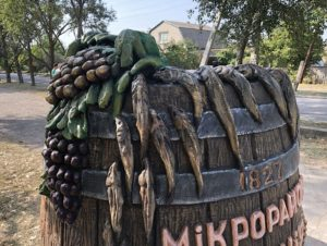 В Запорожской области установили памятник в виде бочки с бычками и виноградом - ФОТО