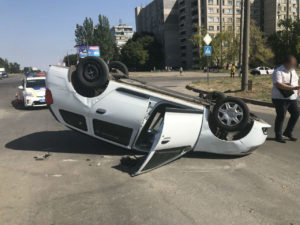 В Запорожье в результате ДТП на перекрестке перевернулась легковушка - ФОТО, ВИДЕО