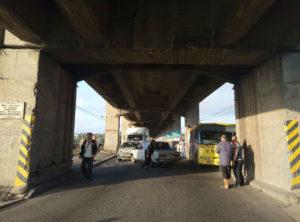 В Запорожье из-за аварии на мосту Преображенского автобус застрял в яме - ФОТО