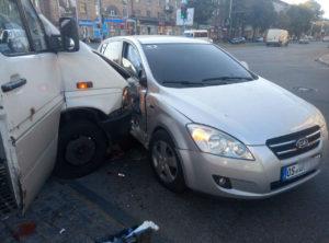 В центре Запорожья маршрутка с пассажирами врезалась в авто на еврономерах: есть пострадавшие - ФОТО