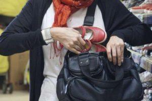 Более 30 краж: в Запорожской области поймали серийную воровку одежды