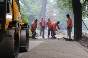 В Запорожье продолжают ремонтировать тротуары: работы ведутся по улице Богдана Хмельницкого - ФОТО