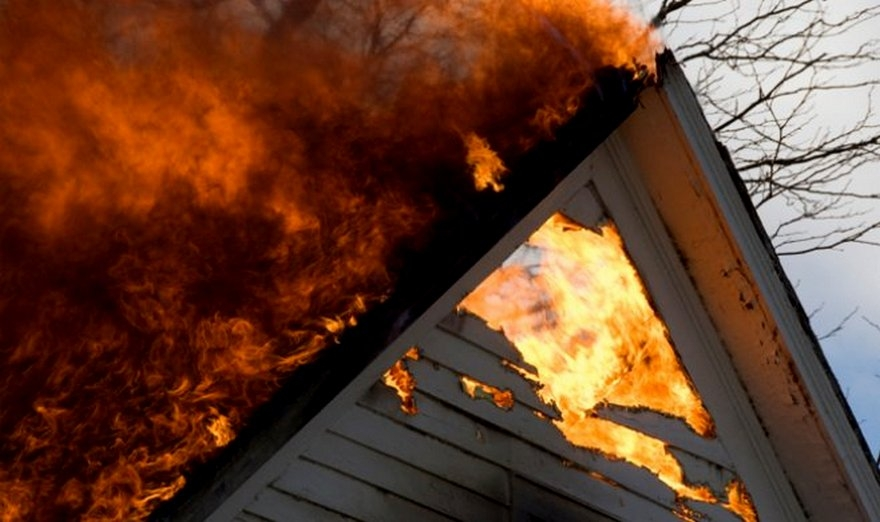 В Запорожской области из-за пожара жилой дом остался без крыши