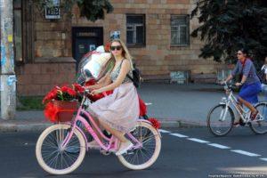 С цветами и воздушными шарами: в Запорожье девушки провели велопарад в центре города - ФОТО