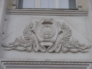 На фасаде одного из корпусов ЗНУ до сих пор красуется барельеф с коммунистической символикой – ФОТО