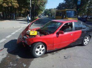ДТП на перекрестке: в Запорожье под колеса микроавтобуса попал пешеход - ФОТО