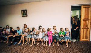 Не концертом единым: группа KAZKA посетила в Запорожье детский дом - ФОТО