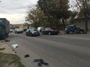 В Запорожье в авто службы охраны врезался грузовик - ФОТО