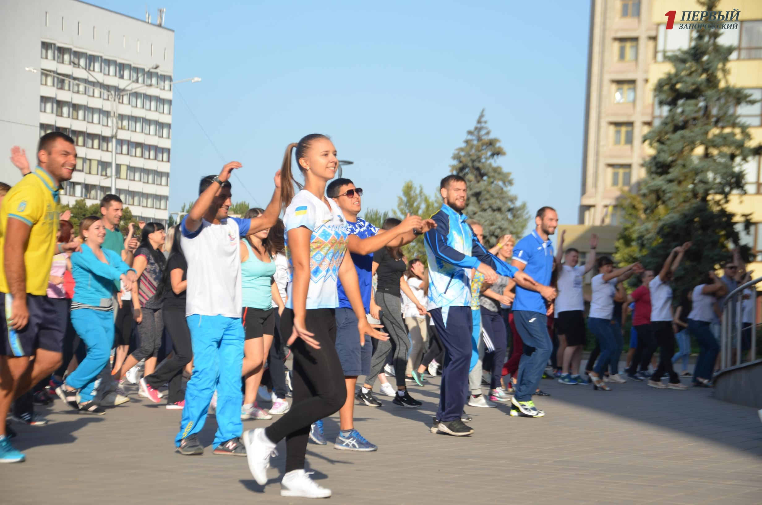 Чиновники, спортсмены и упражнения под музыку: в Запорожье провели традиционную утреннюю зарядку - ФОТО, ВИДЕО