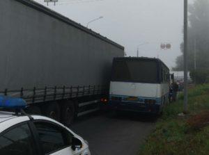 В Запорожье перед мостом Преображенского столкнулись автобус и грузовик - ФОТО