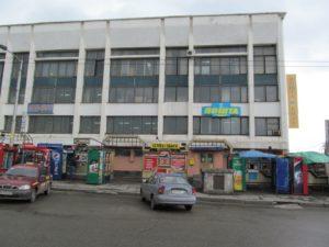 В Запорожье третий раз пытаются найти арендатора, который захочет заклеить рекламой фасад отделения «Укрпочты» на центральном ж/д вокзале