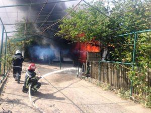 В Запорожской области тушили большой пожар во дворе частного дома - ФОТО