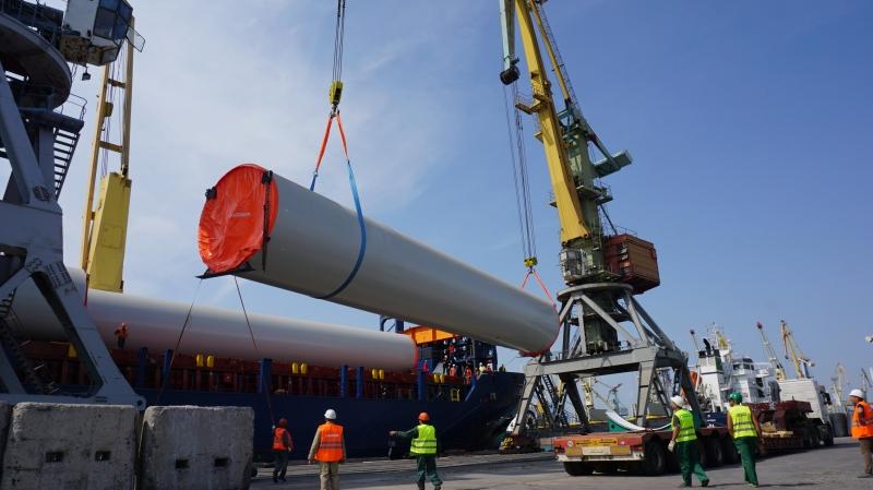 В Бердянский торговый порт доставили комплектующие конструкции для Приморской ВЭС – ФОТО, ВИДЕО