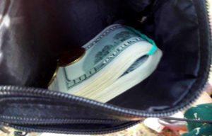В Запорожье патрульные вернули бабушке сумку с 6300 долларов и золотом - ФОТО