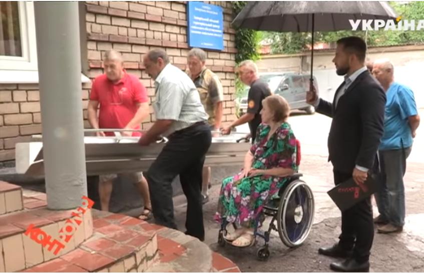 Как в Запорожье опекаются проблемами людей с инвалидностью: впервые за четыре года запорожанка вышла из собственной квартиры – ВИДЕО