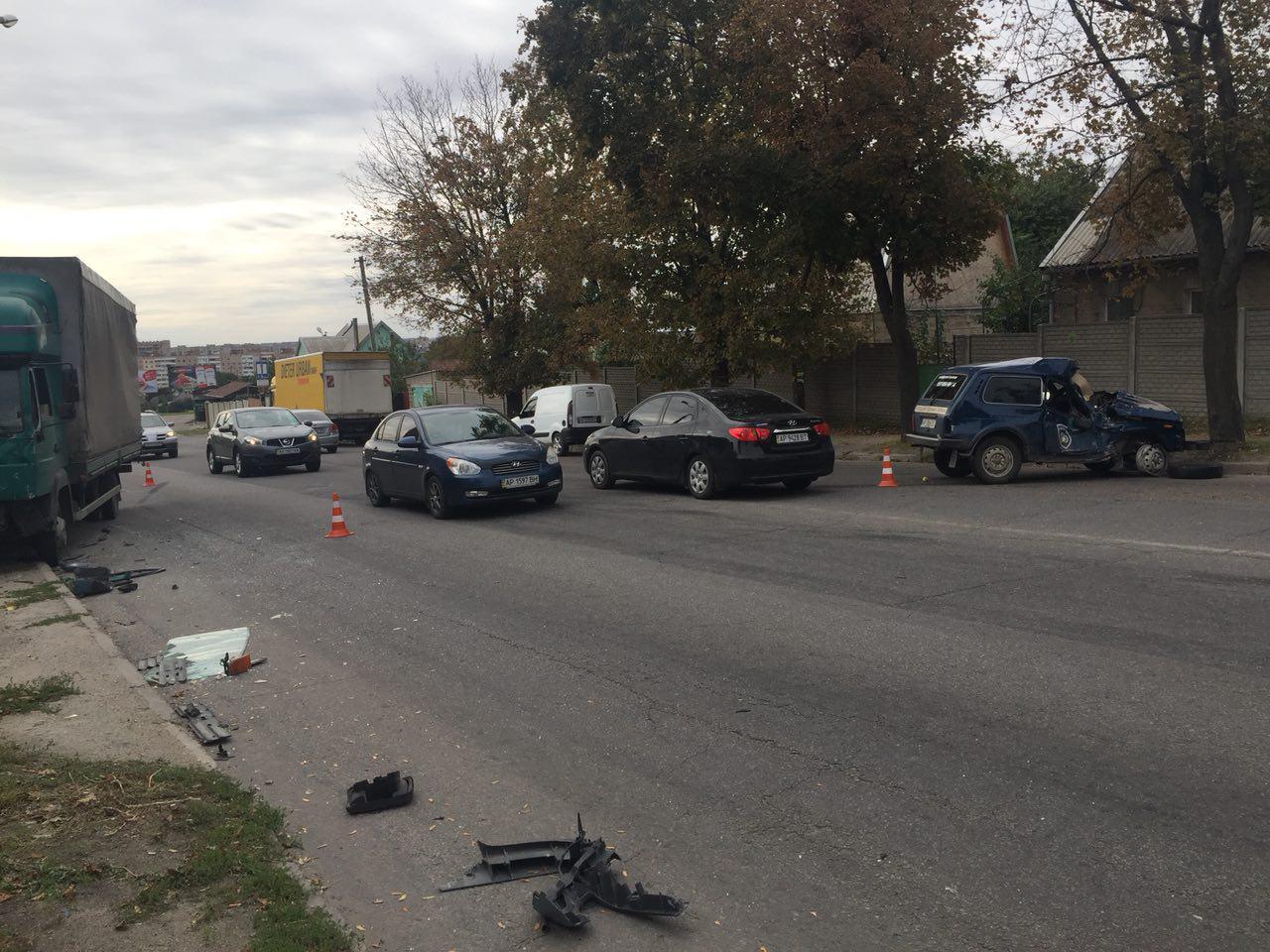 В Запорожье грузовик протаранил авто службы охраны – ФОТО