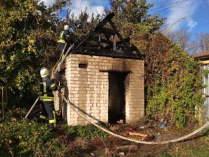 В Запорожье девять спасателей тушили неэксплуатируемую постройку - ФОТО