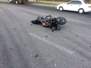 В Запорожье на Набережной мотоциклист врезался в легковушку: есть пострадавший - ФОТО