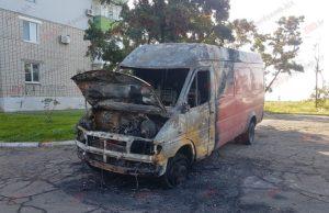 На запорожском курорте ночью сгорел микроавтобус - ФОТО