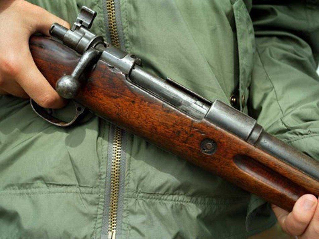 В Запорожской области мужчина открыл стрельбу из охотничьего ружья с балкона многоэтажки - ФОТО