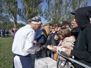 Сотни жителей Запорожья выстроились в очередь за порцией бесплатной запеканки ко Дню города - ФОТО