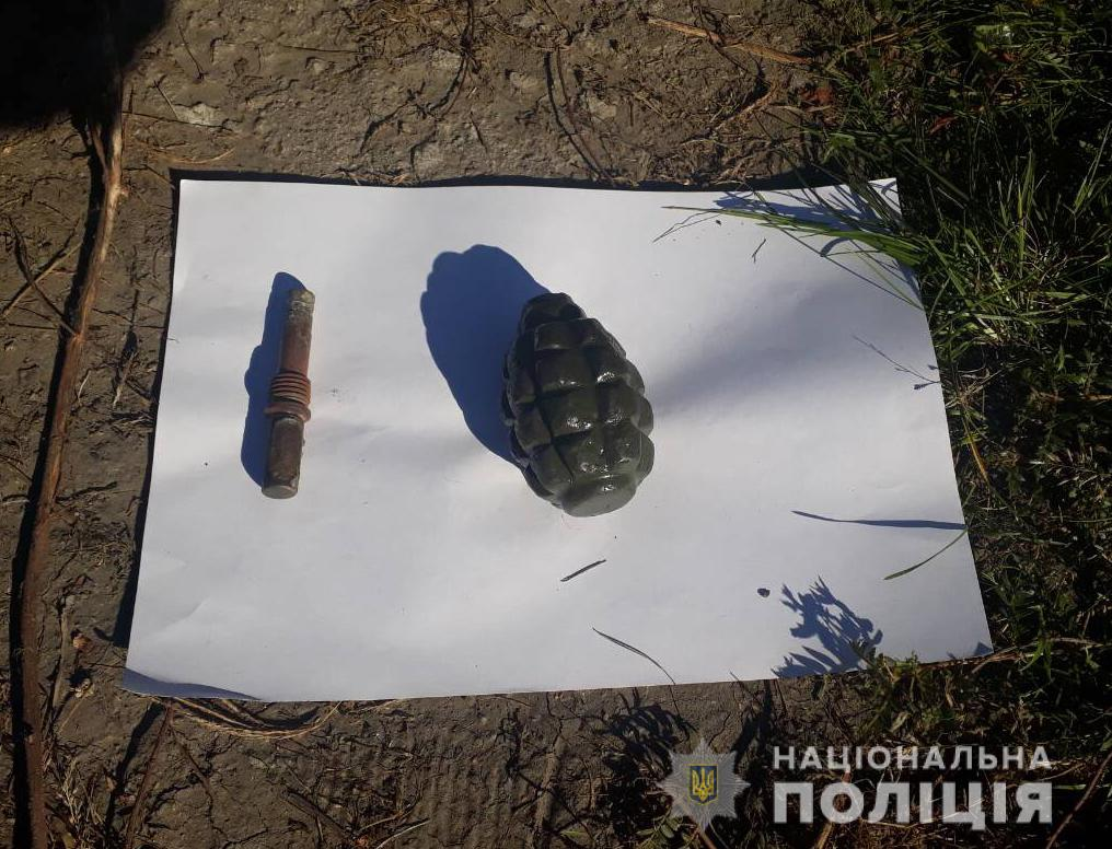 В Запорожье пьяный мужчина уснул с гранатой посреди улицы - ФОТО