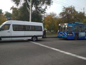 В Запорожье на Космосе столкнулись маршрутка и троллейбус - ФОТО