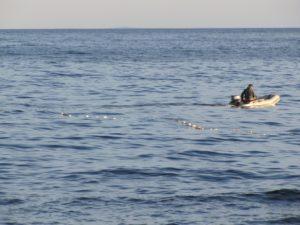 Сломалось весло: в Запорожской области спасатели помогли рыбаку вернуться на берег