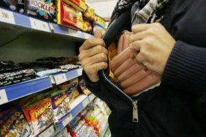 В Запорожской области рецидивист украл продукты прямо с прилавка магазина