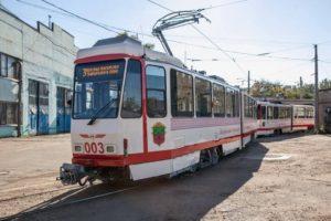 В Запорожье на линию пустили два европейских трамвайных вагона - ФОТО