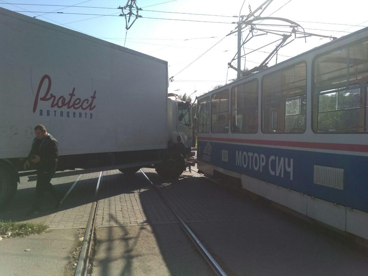 В Запорожье на перекрестке грузовик врезался в трамвай - ФОТО