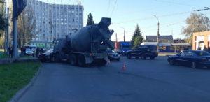 Очередное ДТП в Запорожье: иномарка влетела в бетономешалку - ФОТО