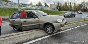 В Запорожье легковушка врезалась в бетонное ограждение - ФОТО