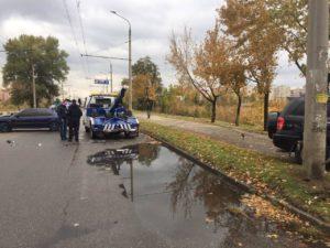 В Запорожье легковушка врезалась в эвакуатор - ФОТО