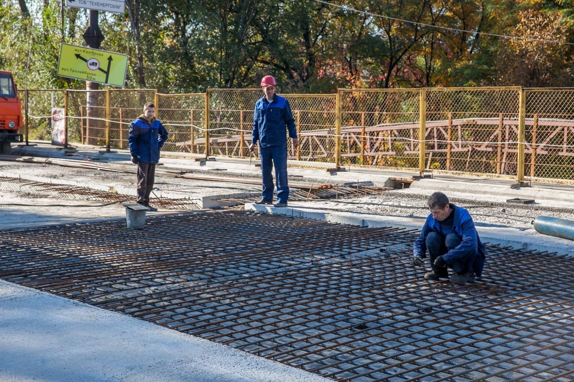 В Заводском районе Запорожья укладывают бесшумные рельсы и «антигололедные» тротуары - ФОТО