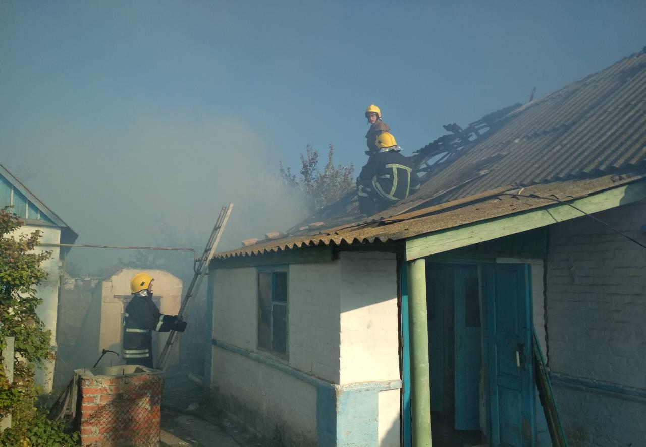В Запорожской области горел жилой дом и хозпостройка к нему - ФОТО