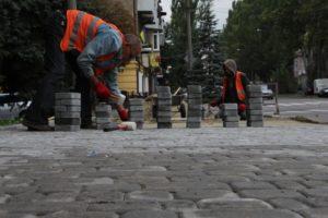 В Запорожье ремонтируют тротуары на улице Александровской - ФОТО