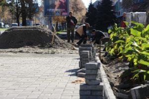 В Запорожье продолжают ремонтировать тротуары по проспекту Соборному - ФОТО