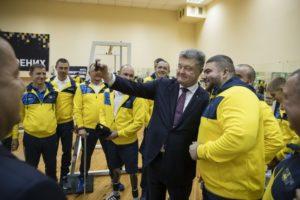 Президент «заселфился» с запорожским бойцом АТО, который будет представлять Украину на «Invictus Games» в Австралии - ФОТО