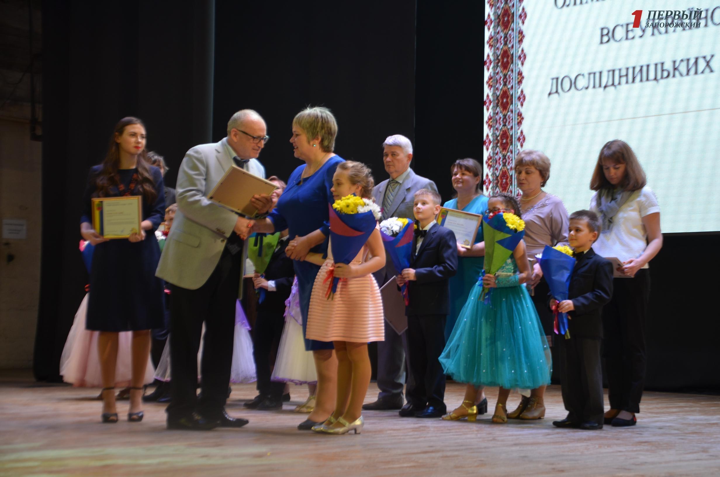 Поздравления и концертная программа: в Запорожье отметили лучших учителей - ФОТО, ВИДЕО