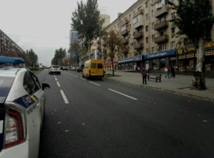 В Запорожье возле остановки легковушка протаранила маршрутку - ФОТО