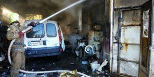 В Шевченковском районе Запорожья горел гараж с авто - ФОТО