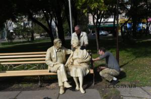 В Запорожье появился памятник родителям - ФОТО